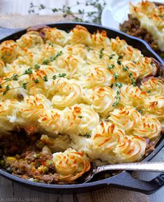 Shepherd's pie is truly a perfect comfort food dish. While the original is made with ground lamb or meat it is easily veganized by subbing the meat out for lentils! Casserole Dishes, Casserole Recipes, Vegan Foods, Vegan Recipes, Vegetarian Shepherds Pie, Beef Pot Pies, Vegetarian Casserole, Ground Lamb, Glass Baking Dish