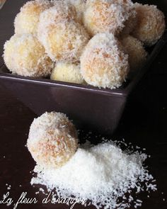 Snowball fondant cupcakes with coconut Desserts With Biscuits, Köstliche Desserts, Delicious Desserts, Yummy Food, Sweet Recipes, Cake Recipes, Dessert Recipes, Snowballs Recipe, Algerian Recipes