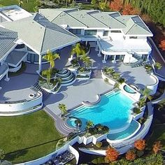 Grab our free ebook with 40 online side income ideas to make more money in 2016 online! 40 business ideas for free! Home Luxury, Luxury Homes Dream Houses, Luxury Life, Luxury Estate, Palaces, Millionaire Homes, Villas, Big Mansions, Mansion Designs