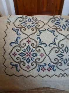 Cross Stitch Designs, Cross Stitch Patterns, Hgtv, Sewing Hacks, Embroidery Designs, Bohemian Rug, Diy And Crafts, Pillows, Rugs