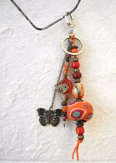 Porte-clés fantaisie boho chic, ethnique, en perles naturelles -gemmes, céramique, bois - rouge, orange et bronze