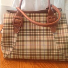 New Vintage Liz Claiborne bag,  NWOT New purse no tags, plaid with plenty of pockets plus key holder and sunglasses holder. This purse is extremely large and oversize! Liz Claiborne Bags