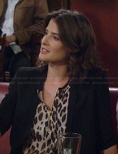 Robin's leopard print zip front top on How I Met Your Mother.  Outfit Details: http://wornontv.net/21776/ #HIMYM