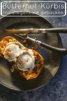 Genau das richtige für kühle, dunkle Abende daheim: Butternut-Kürbis mit Ziegenkäse gebacken | http://eatsmarter.de/rezepte/butternut-kuerbis-mit-ziegenkaese-gebacken