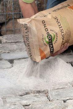 Veel tuinbezitters hebben last van mosvorming, onkruid en mieren onder en tussen de bestrating. Dat komt doordat regulier voegzand in feite 'los zand' is waardoor mos, onkruid en mieren zich gewoon een weg banen. Dat is niet het geval met het nieuwe voegzand van Envirobond. Dit zand wordt namelijk (onder invloed van water) een flexibele voeg waarbij binnen 24 uur volledige werking optreedt. Vervelende klusjes als onkruid verwijderen en (chemische) mierenbestrijding behoren dus definitief tot…