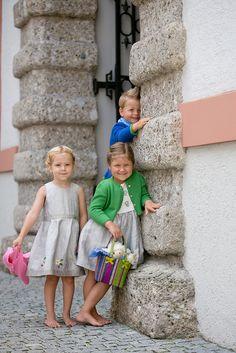 Salzburger Heimatwerk -  Tracht für Kinder Barefoot Girls, The Old Days, Traditional Dresses, Flower Girl Dresses, Children, Wedding Dresses, Fashion, Jackets, Young Children