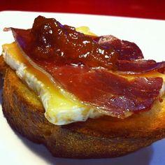 Receita de Bruschetta com Queijo Brie, Presunto e Geleia de Damasco | Fácil, Rápida e Simples - Receitas Demais