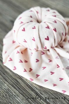 It's easier than you think. No sewing machine required.<br> This simple DIY no-sew top knot baby turban tutorial will make your baby the cutest kid at the park. Turban Headband Tutorial, Baby Turban Headband, Turban Hat, Top Knot, Style Turban, Make Baby Headbands, Crochet Headbands, Simple Diy, Amber