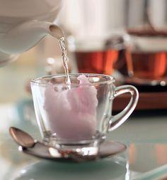 Para um efeito especial, tufos de algodão doce substituíram o açúcar do chá