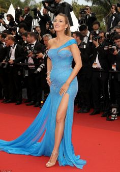 Pregnant Blake Lively Puts Baby Bump On Display at 'BFG' Cannes Premiere!: Photo Blake Lively looks stunning while walking the red carpet at the premiere of The BFG during the 2016 Cannes Film Festival on Saturday night (May in Cannes, France. Blake Lively Baby, Blake Lively Cannes, Mode Blake Lively, Blake Lively Style, Red Carpet Dresses, Blue Dresses, Prom Dresses, Atelier Versace, Gianni Versace