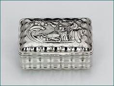 Hollands zilveren snuifdoos met gravering 2e gehalte Afmeting 6,3 x 4,6 x 2,9 cm Jaarletter F = 1789 Meesterteken J.W. Vergouw - Leiden