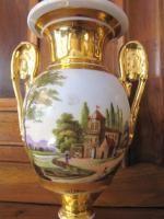 Petite paire de vases medicis en vieux Paris,vers 1850,en porcelaine dorée et décor de paysages italien dans des réserves Bon état,légers manques de dorures