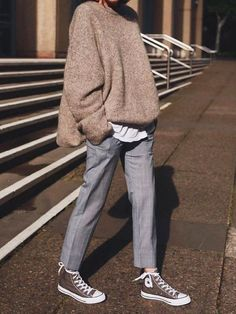 Graue Hose, weiter Pulli Source by novafernes sweatshirt outfit street style Mode Outfits, Winter Outfits, Casual Outfits, Fashion Outfits, Fashion Shoes, Converse Fashion, Office Outfits, Grunge Outfits, Office Wear