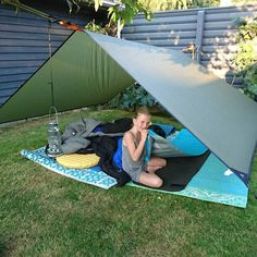 Klargøring til overnatning i baggården! #eventyretstarteridinbaghave #eventyr #outside #outdoor #baggård #tarp #rab