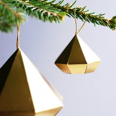 Grab the FREE template for these stylish paper diamond ornaments! (Tutorial in English and Swedish).