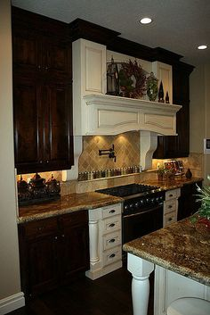 But with all glazed cabinets. - Decoration for House Kitchen Inspirations, Beautiful Kitchens, Kitchen Remodel, Kitchen Decor, Kitchen Dining Room, Tuscany Kitchen, Kitchen Redo, Country Kitchen, Home Kitchens