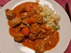 Trotz viel Arbeit hat der Genussfaktor die ganze Zeit über fleißig gekocht - nur leider nicht die Muße gefunden, die Rezepte auch zu teilen. So sind ein paar Monate ins Land gezogen, ohne dass es hier was Neues zu entdecken gegeben hätte. Nehmen Sie meine Entschuldigung huldvollst entgegen, so was kommt dann und wann vor. Zum Neustart gibt es ein allerfeinstes Kalbsgulasch, obwohl ich ich sonst weder um Kalbfleisch #Kalb Curry, Beef, Ethnic Recipes, Food, Excuse Me, Red Bell Peppers, Home Made, Meat, Curries