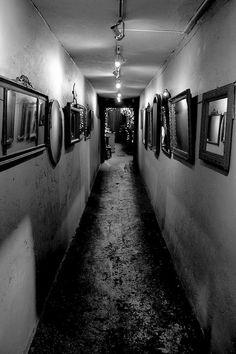Sie gingen zusammen an den Spiegeln vorbei. Der Gang schien zu den Seiten unendlich und aus dem Augenwinkel sah sie ihr eigenes Profil in jeder dem Spiegel. Bis auf einen Spiegel, aus dem Sie Ihr eigenes Gesicht panisch ansah