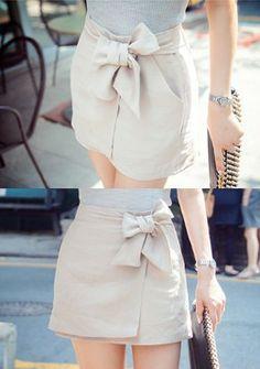 [Chuu]ウエストリボン付きラップミニスカート 大人気のラップスカートが新登場! ウエストのリボンがフェミニンな雰囲気を醸し出すスカートです。 今季にピッタリの涼しげな素材感なので快適な着心地◎ ミニマルな丈感が女性らしいムードを演出し、ハイウエストで脚長効果も期待できます。 レディライクなコーデがお好きな方に一押しするアイテムです☆