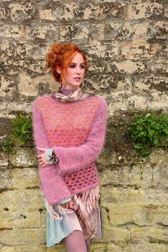 Grafiske- og geometriske mønstre er het mote. Det er også denne genserens feminine fasong og ermer som er smale øverst og vide nederst.