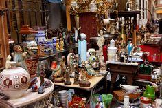 #ElRastro #Madrid. El Rastro de Madrid (o simplemente El Rastro) es un mercado al aire libre, originalmente de objetos de segunda mano, que se monta todos las mañanas de domingos y festivos en La Latina Madrid.