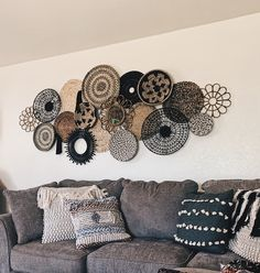 Bohemian Wall Decor, Diy Wall Decor, Diy Bedroom Decor, Wicker Bedroom, Boho Living Room, Living Room Decor, Baskets On Wall, Wicker Baskets, Paphos