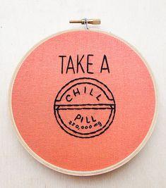 Neem een Chill pil grappig Hand borduurwerk hoepel Art offerte borduurwerk Fun zin Hoop thuis Decor roze huis Decor roze muur Art hoepel Wall Art