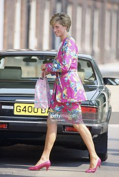 August Princess Diana arriving at Clarence House for the Queen mother's birthday. Wonder what you get the Queen Mum? Lady Diana Spencer, Royal Princess, Princess Of Wales, Princess Margaret, Charles X, Prince Charles, Afrique Art, Princess Diana Fashion, Photo Souvenir