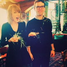 Taylor Swift's egg hunt has gone viral. The singer and her brother, Austin Swift, had so much fun acting like they were kids Taylor Swift Brother, Taylor Swift Family, Taylor Swift Moda, Swift 3, Taylor Swift Style, Taylor Alison Swift, Swift Photo, Swift Facts, Taylor Swift Pictures