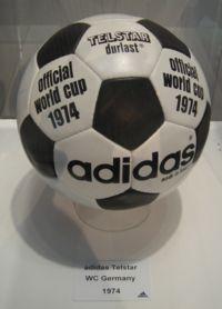 Copa de 1974 - Desenho idêntico ao da Adidas Telstar, usada na copa de 1970.