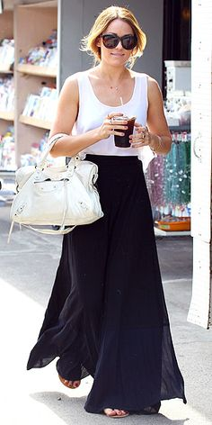 lauren conrad in a simple black maxi and white tank Purple Maxi Skirts, Maxi Skirt Outfits, Black Maxi Skirt Outfit, Navy Maxi, Blue Maxi, Midi Skirts, Modest Outfits, Look Fashion, Fashion Beauty