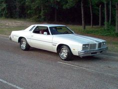 Oldsmobile cutlass white interiors and white leather on for 76 cutlass salon