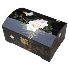 Dieser Schmuckkasten ist perfekt, um Ohrringe paarweise oder kostbare Ketten ordentlich und sicher aufzubewahren. Zudem bringen Sie mit ihm und seinem Blütenmotiv einen Hauch von chinesischem Stil auf Ihren Schminktisch.