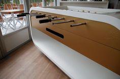 Dieser Tisch verbindet die Funktionalität eines Kickertisches mit der Optik eines edlen Möbelstückes und ist deshalb an sich schon einzigartig. Doch das ist noch nicht alles. Jeder Design Kicker wird individuell nach Kundenwunsch gefertigt und ist somit ein echtes Unikat.