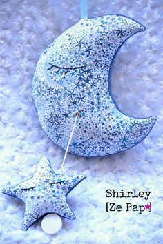 Mobile musical La Lune et son étoile, en Liberty adelajda bleu, Création Shirley Ze pap