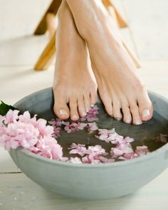 if you're ever gonna have a pedicure. good tips for softening your feet before a self-pedicure from Martha Beauty Care, Diy Beauty, Beauty Hacks, Beauty Tips, Pedicure Tips, Manicure And Pedicure, Mani Pedi, Pedicure Station, Mascara Hacks
