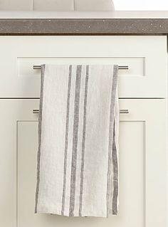 Exclusively from Simons Maison      Luxurious tea towel made of ultra soft 100% washed linen   Modern stripes in contrasting grey on an ivory background   Easy machine-care   55 x 75 cm