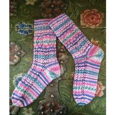 Socken im Ajourmuster aus Regia by Arne & Carlos, kostenlose Strickanleitung