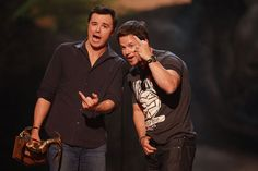 Pin for Later: Revivez les meilleurs moments des Best Guys Choice Awards !  Seth MacFarlane et Mark Wahlberg ont fait rire le public en 2013.