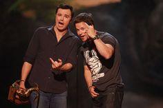 Pin for Later: Revivez les meilleurs moments des Best Guys Choice Awards !  Seth MacFarlane et Mark Wahlberg ont fait rire le public en 2013.
