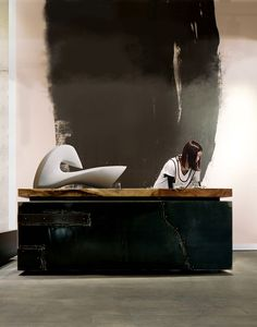 """Comment avec un """"simple"""" coup de rouleau noir,faussement  négligemment passé, rendre un espace extrêmement contemporain..."""