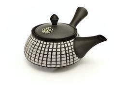 V posledních příspěvcích jsme se zaměřili na čajové nádobí. Opomenout u tohoto tématu japonské čajové konvičky by bylo neodpustitelné, a proto přinášíme malou exkurzi do Tokoname - rodiště tradiční keramiky již od 12. století. Kettle, Kitchen Appliances, Diy Kitchen Appliances, Tea Pot, Home Appliances, Boiler, Kitchen Gadgets