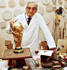 The creator of the World Cup, the sculptor Silvio Gazzaniga with his creation! World Cup Russia 2018, World Cup 2018, Fifa World Cup, Football Medals, Football Stuff, Football Images, Fifa 20, Soccer Games, Football Season