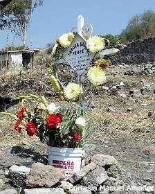 Lugar de entierro de una víctima de feminicidio en Ecatepec con un balde que el PRI repartió en la campaña electoral.
