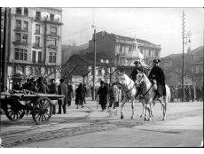 Oviedo. Diciembre de 1931. Pareja de la Guardia Civil patrullando por las calles de Oviedo con motivo de la huelga de la Confederación del Trabajo