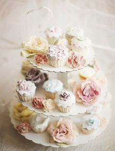 a-cottage-in-the-woods:  source: Glitz Bliss ~ the most beautiful cupcakes ever (photograph by Paul Barbera)