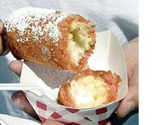Deep-fried twinkies are the best/worst trashy treat ever. Deep-fried twinkies are the best/worst trashy treat ever. Köstliche Desserts, Delicious Desserts, Deep Fried Twinkies, Deep Fried Recipes, State Fair Food, Carnival Food, Carnival Eats Recipes, Carnival Ideas, Good Food