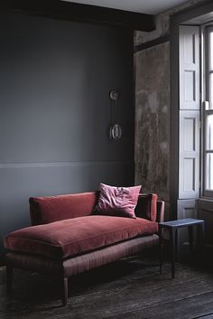 Who doesn't love to have a chaise longue in their home? The chaise lounge is… Home Interior, Interior Decorating, Interior Design, Modern Interior, Modern Decor, Dark Interiors, Colorful Interiors, Dark Walls, Grey Walls