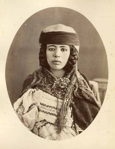 Africa: Chaoui berber girl, Algeria, Old photo Old Pictures, Old Photos, Vintage Photos, Velasco, Arab Girls, Tribal People, Tribal Fusion, Historical Images, Modern Artists