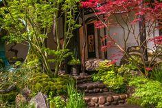 De trap van keien en stapstenen is mooi afgewerkt met ronde keitjes. De vorm en grootte van de keitjes wordt herhaald ...